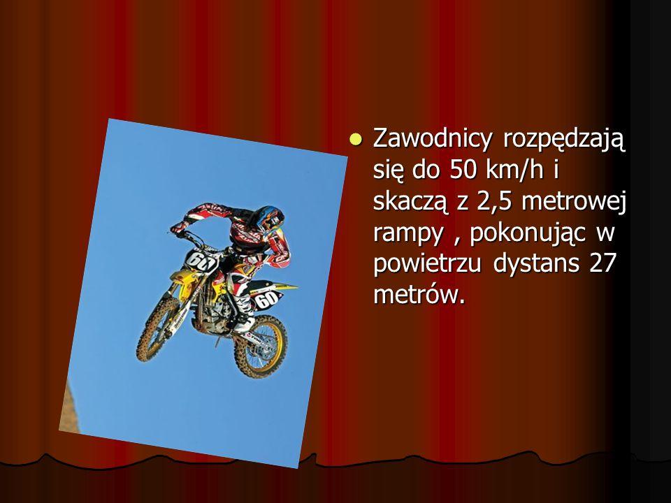 Zawodnicy rozpędzają się do 50 km/h i skaczą z 2,5 metrowej rampy , pokonując w powietrzu dystans 27 metrów.