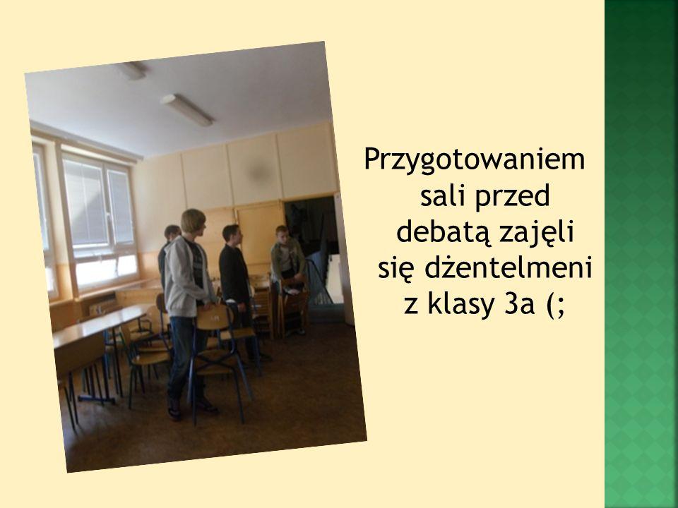 Przygotowaniem sali przed debatą zajęli się dżentelmeni z klasy 3a (;