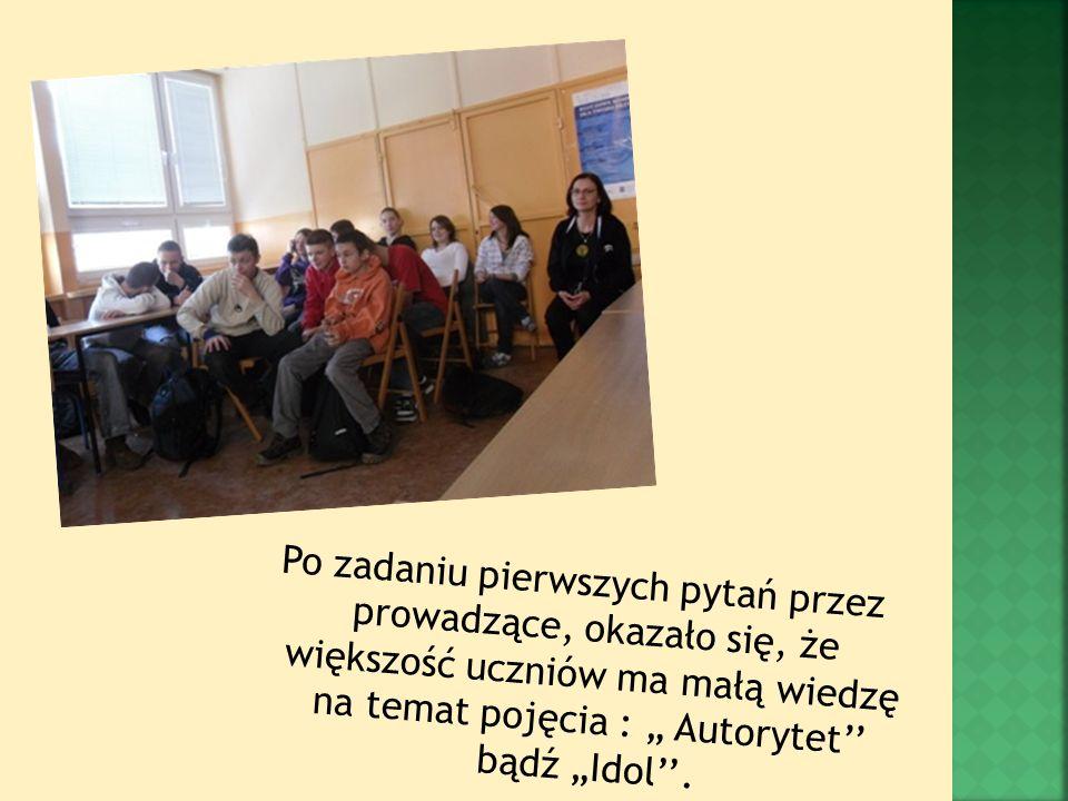 """Po zadaniu pierwszych pytań przez prowadzące, okazało się, że większość uczniów ma małą wiedzę na temat pojęcia : """" Autorytet'' bądź """"Idol''."""