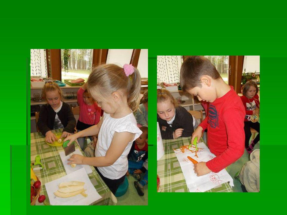 Dzieci uczyły się także jak kroić warzywa i owoce