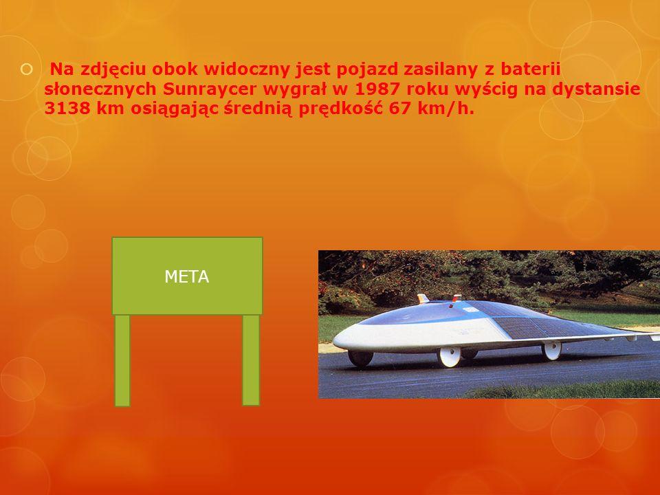 Na zdjęciu obok widoczny jest pojazd zasilany z baterii słonecznych Sunraycer wygrał w 1987 roku wyścig na dystansie 3138 km osiągając średnią prędkość 67 km/h.