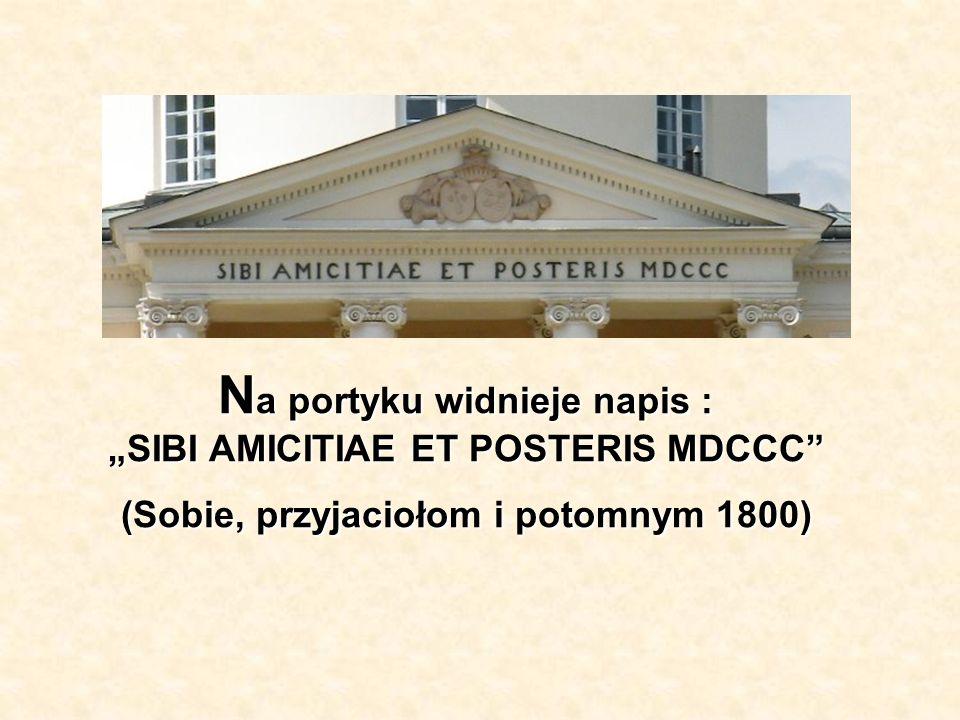 """Na portyku widnieje napis : """"SIBI AMICITIAE ET POSTERIS MDCCC (Sobie, przyjaciołom i potomnym 1800)"""