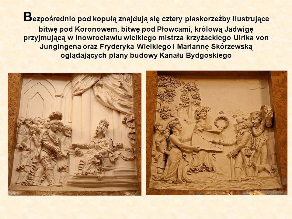 Bezpośrednio pod kopułą znajdują się cztery płaskorzeźby ilustrujące bitwę pod Koronowem, bitwę pod Płowcami, królową Jadwigę przyjmującą w Inowrocławiu wielkiego mistrza krzyżackiego Ulrika von Jungingena oraz Fryderyka Wielkiego i Mariannę Skórzewską oglądających plany budowy Kanału Bydgoskiego