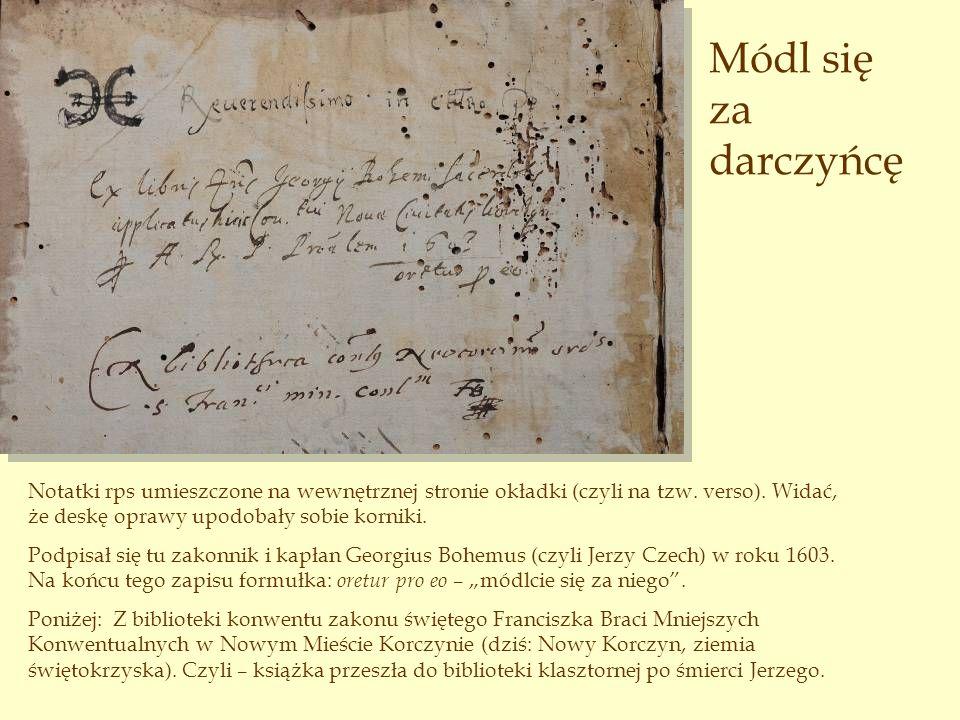 Módl się za darczyńcę Notatki rps umieszczone na wewnętrznej stronie okładki (czyli na tzw. verso). Widać, że deskę oprawy upodobały sobie korniki.