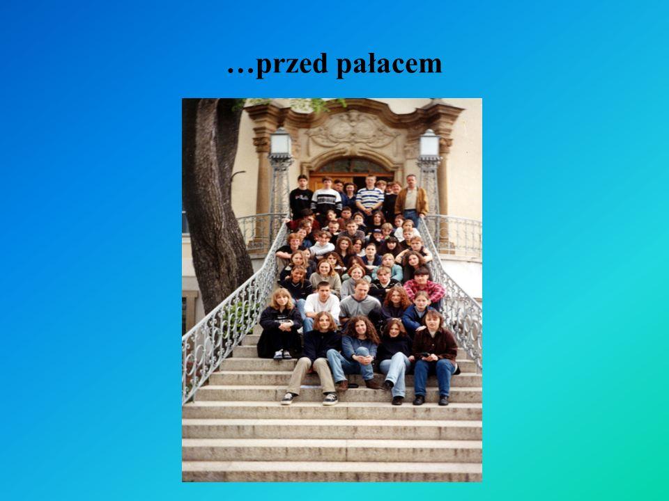 …przed pałacem