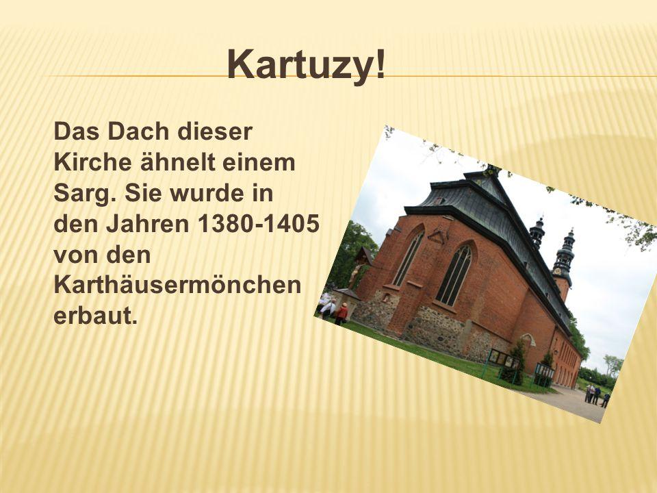Kartuzy. Das Dach dieser Kirche ähnelt einem Sarg.