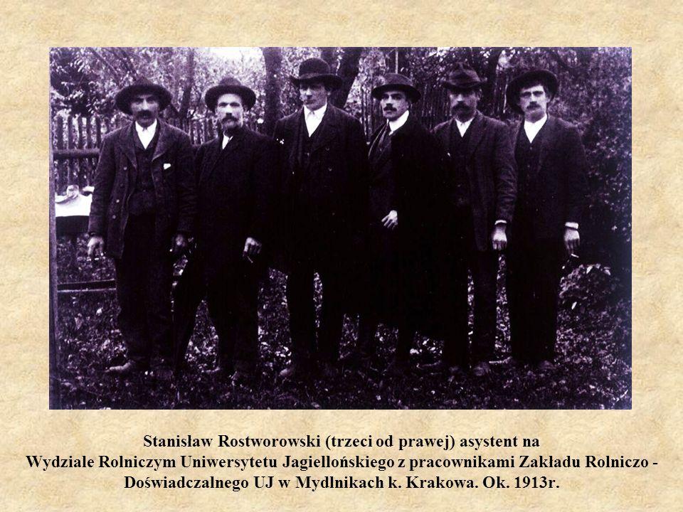 Stanisław Rostworowski (trzeci od prawej) asystent na Wydziale Rolniczym Uniwersytetu Jagiellońskiego z pracownikami Zakładu Rolniczo - Doświadczalnego UJ w Mydlnikach k.
