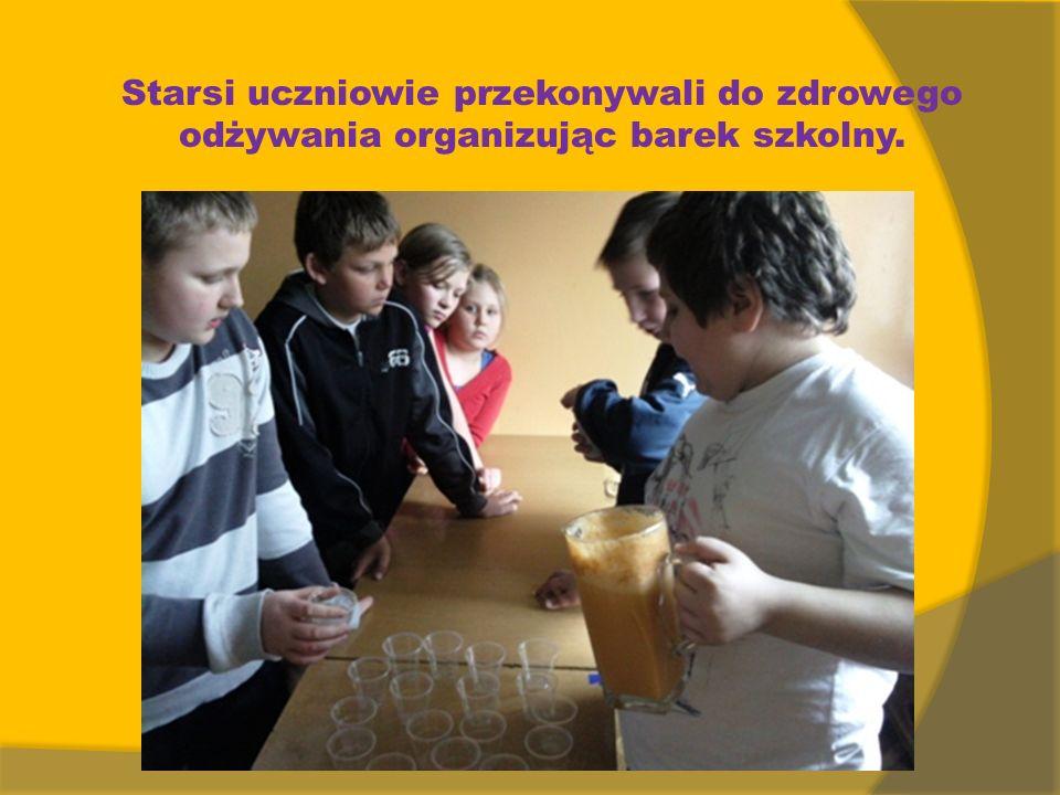 Starsi uczniowie przekonywali do zdrowego odżywania organizując barek szkolny.