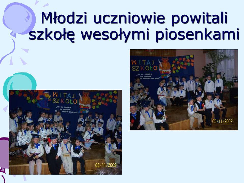 Młodzi uczniowie powitali szkołę wesołymi piosenkami