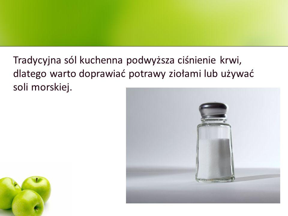 Tradycyjna sól kuchenna podwyższa ciśnienie krwi, dlatego warto doprawiać potrawy ziołami lub używać soli morskiej.