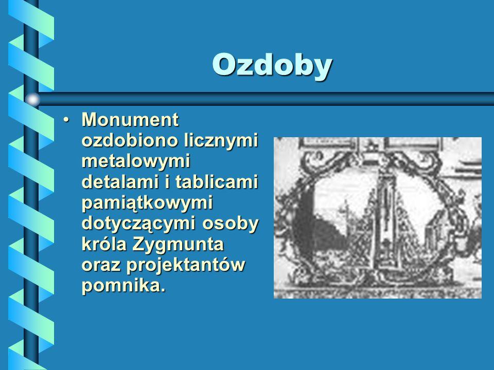 Ozdoby Monument ozdobiono licznymi metalowymi detalami i tablicami pamiątkowymi dotyczącymi osoby króla Zygmunta oraz projektantów pomnika.