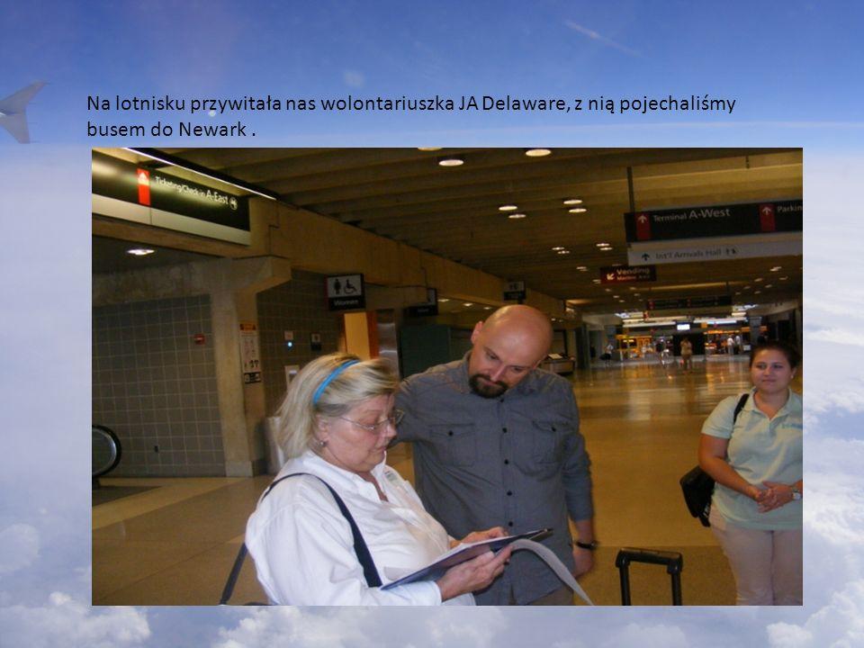 Na lotnisku przywitała nas wolontariuszka JA Delaware, z nią pojechaliśmy busem do Newark .