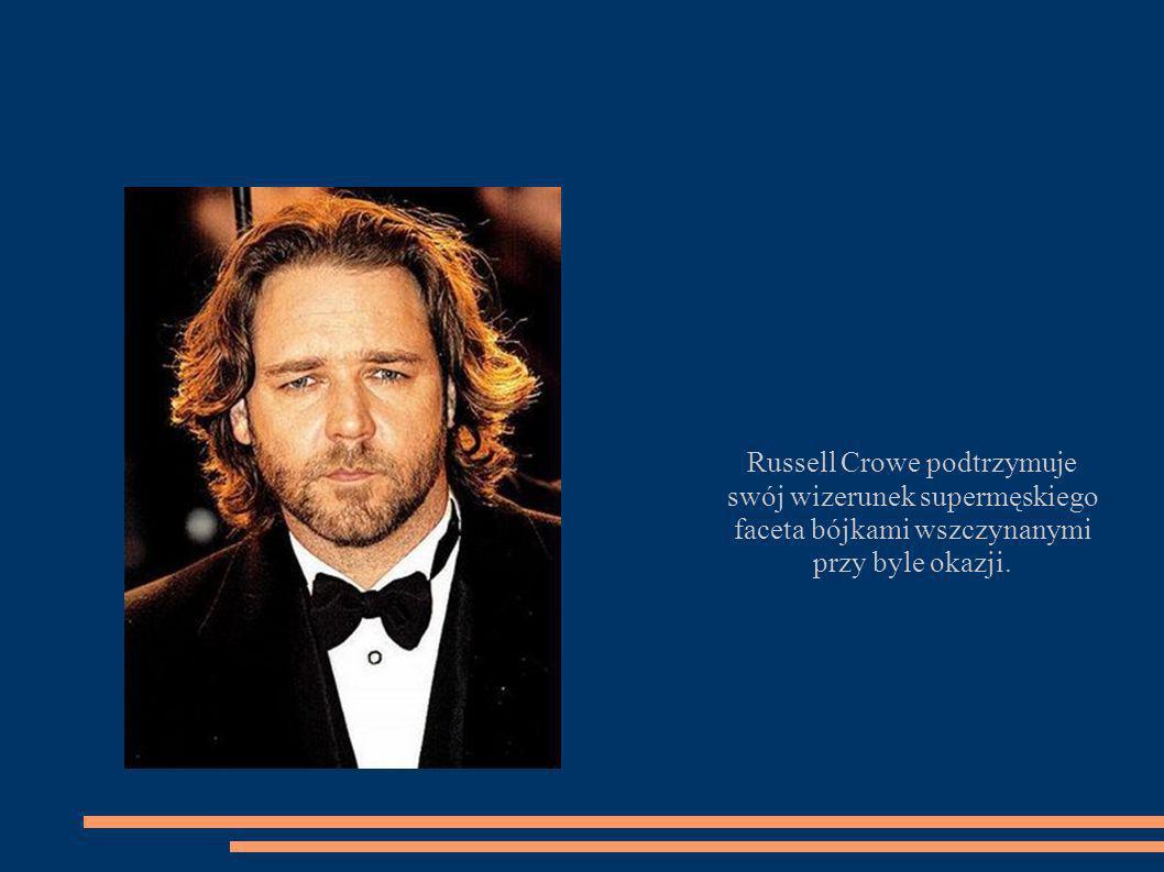 Russell Crowe podtrzymuje swój wizerunek supermęskiego faceta bójkami wszczynanymi przy byle okazji.