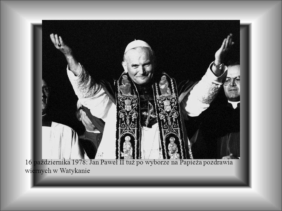 16 października 1978: Jan Paweł II tuż po wyborze na Papieża pozdrawia wiernych w Watykanie