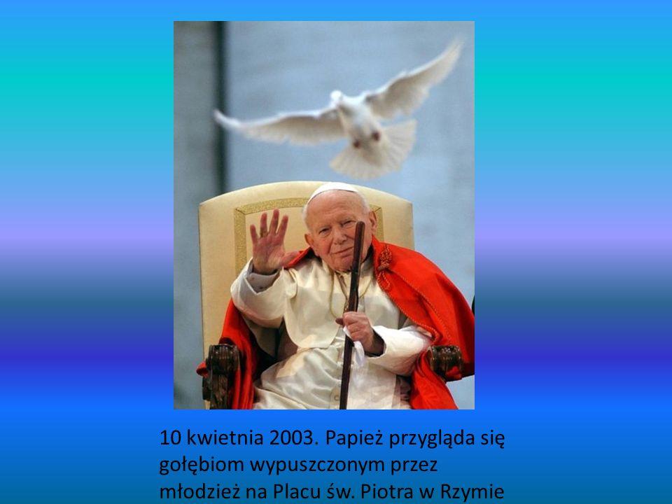 10 kwietnia 2003. Papież przygląda się gołębiom wypuszczonym przez młodzież na Placu św.