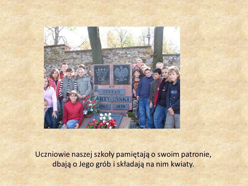 Uczniowie naszej szkoły pamiętają o swoim patronie, dbają o Jego grób i składają na nim kwiaty.