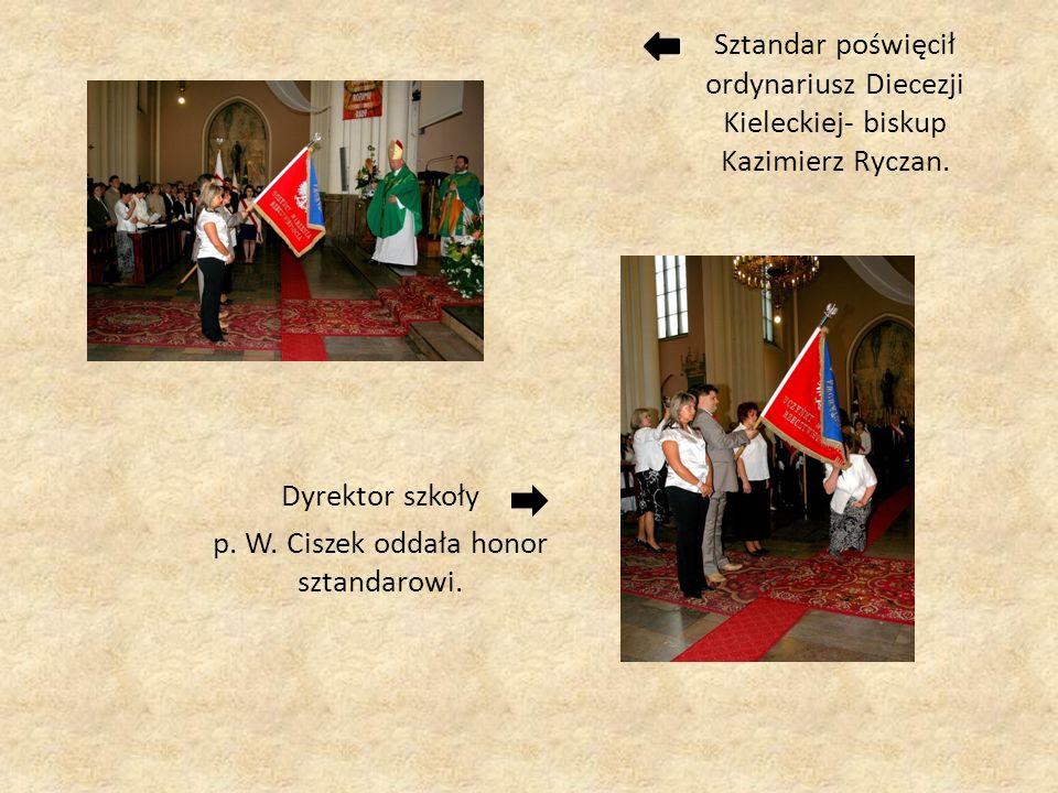 Dyrektor szkoły p. W. Ciszek oddała honor sztandarowi.