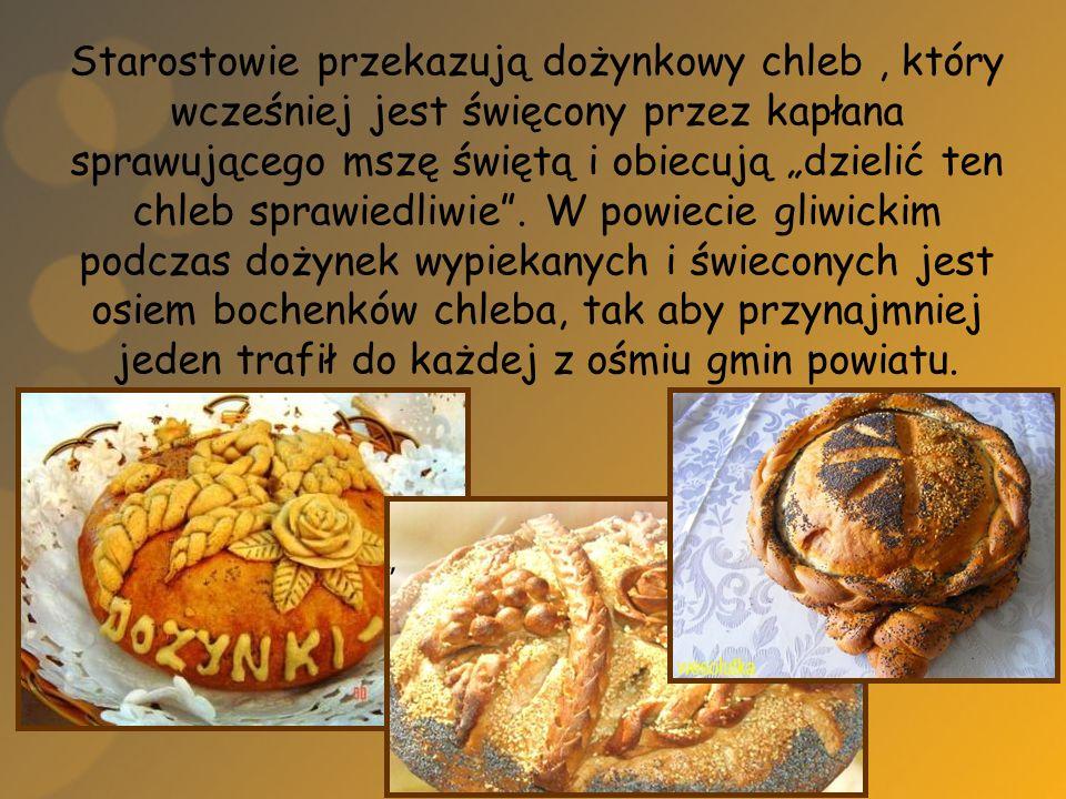 """Starostowie przekazują dożynkowy chleb , który wcześniej jest święcony przez kapłana sprawującego mszę świętą i obiecują """"dzielić ten chleb sprawiedliwie ."""