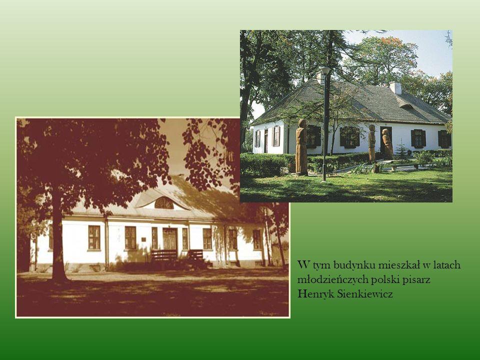 W tym budynku mieszkał w latach młodzieńczych polski pisarz Henryk Sienkiewicz