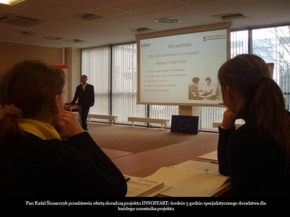 Pan Rafał Ślusarczyk przedstawia ofertę doradczą projektu INNOSTART: średnio 5 godzin specjalistycznego doradztwa dla każdego uczestnika projektu