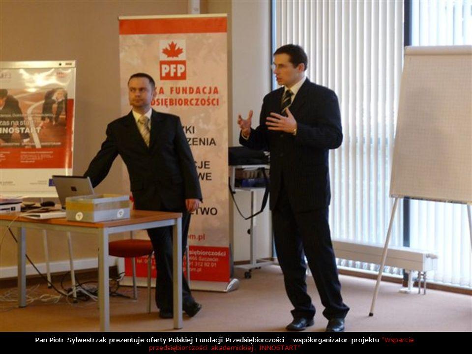 Pan Piotr Sylwestrzak prezentuje oferty Polskiej Fundacji Przedsiębiorczości - współorganizator projektu Wsparcie przedsiębiorczości akademickiej.
