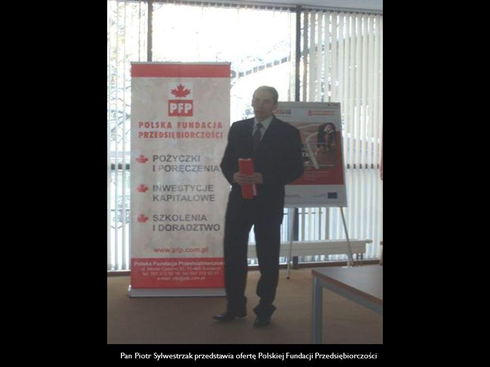 Pan Piotr Sylwestrzak przedstawia ofertę Polskiej Fundacji Przedsiębiorczości