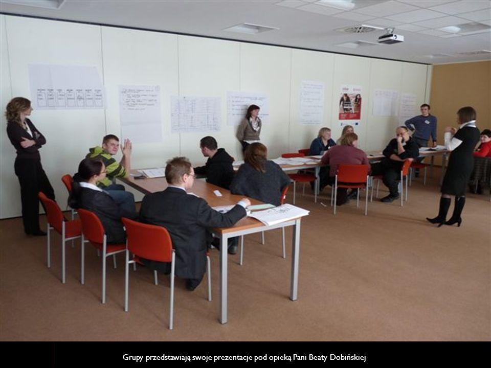 Grupy przedstawiają swoje prezentacje pod opieką Pani Beaty Dobińskiej