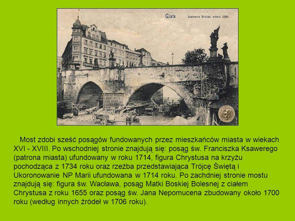 Most zdobi sześć posągów fundowanych przez mieszkańców miasta w wiekach XVI - XVIII.