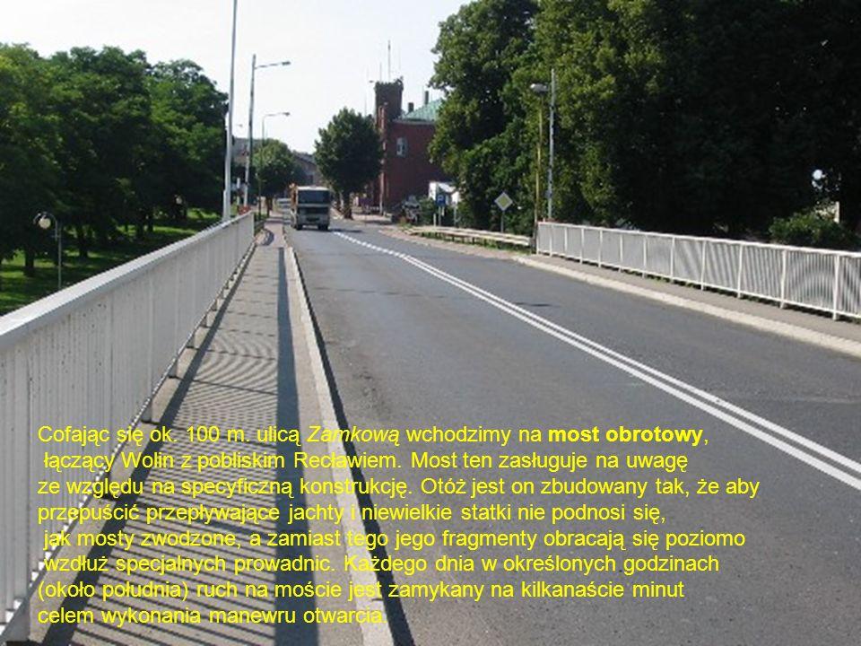 Cofając się ok. 100 m. ulicą Zamkową wchodzimy na most obrotowy,