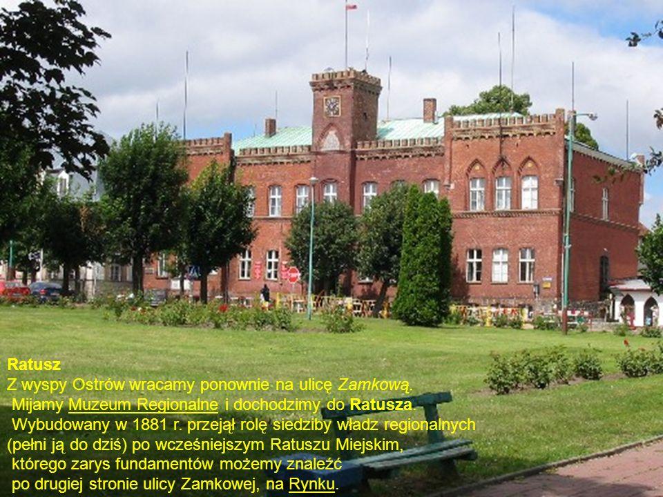 Ratusz Z wyspy Ostrów wracamy ponownie na ulicę Zamkową. Mijamy Muzeum Regionalne i dochodzimy do Ratusza.