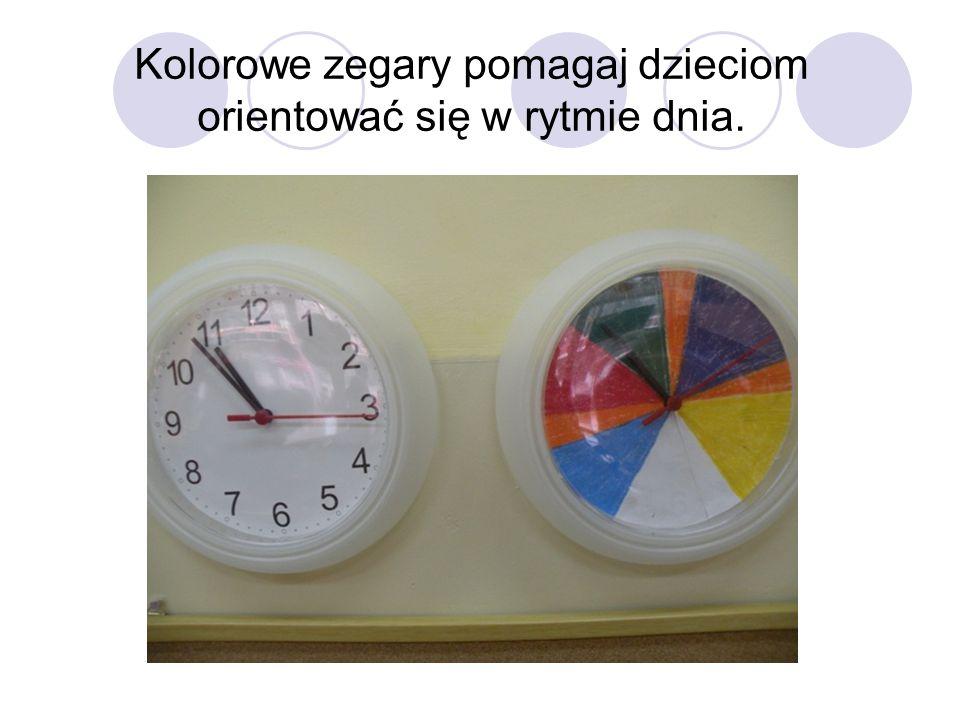 Kolorowe zegary pomagaj dzieciom orientować się w rytmie dnia.