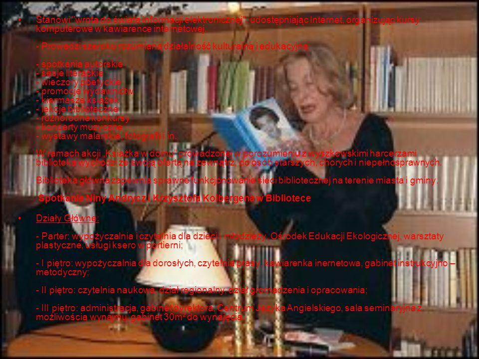 """Stanowi wrota do świata informacji elektronicznej , udostępniając Internet, organizując kursy komputerowe w kawiarence internetowej. - Prowadzi szeroko rozumianą działalność kulturalną i edukacyjną: - spotkania autorskie - sesje literackie - wieczory poetyckie - promocje wydawnictw - kiermasze książek - lekcje biblioteczne - różnorodne konkursy - koncerty muzyczne - wystawy malarskie, fotografii i in. W ramach akcji """"Książka w domu prowadzonej w porozumieniu z wyszkowskimi harcerzami biblioteka wychodzi ze swoją ofertą na zewnątrz, do osób starszych, chorych i niepełnosprawnych. Biblioteka główna zapewnia sprawne funkcjonowanie sieci bibliotecznej na terenie miasta i gminy. Spotkanie Niny Andrycz i Krzysztofa Kolbergena w Bibliotece"""