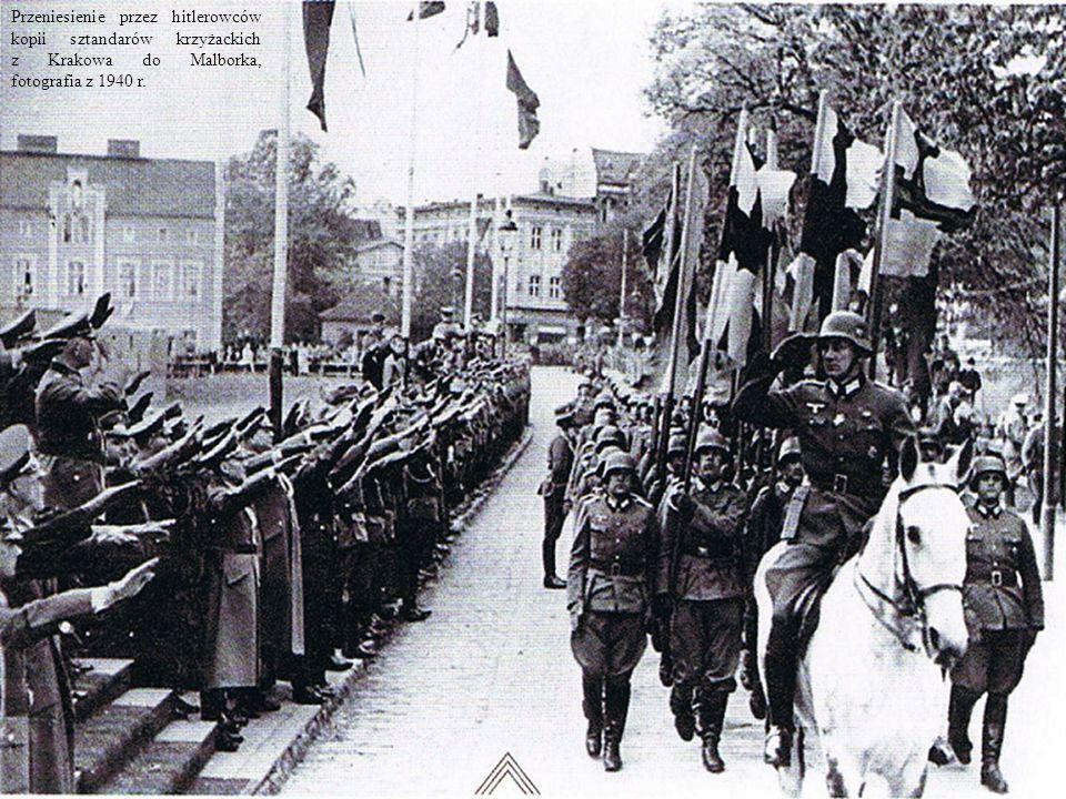 Przeniesienie przez hitlerowców kopii sztandarów krzyżackich z Krakowa do Malborka, fotografia z 1940 r.