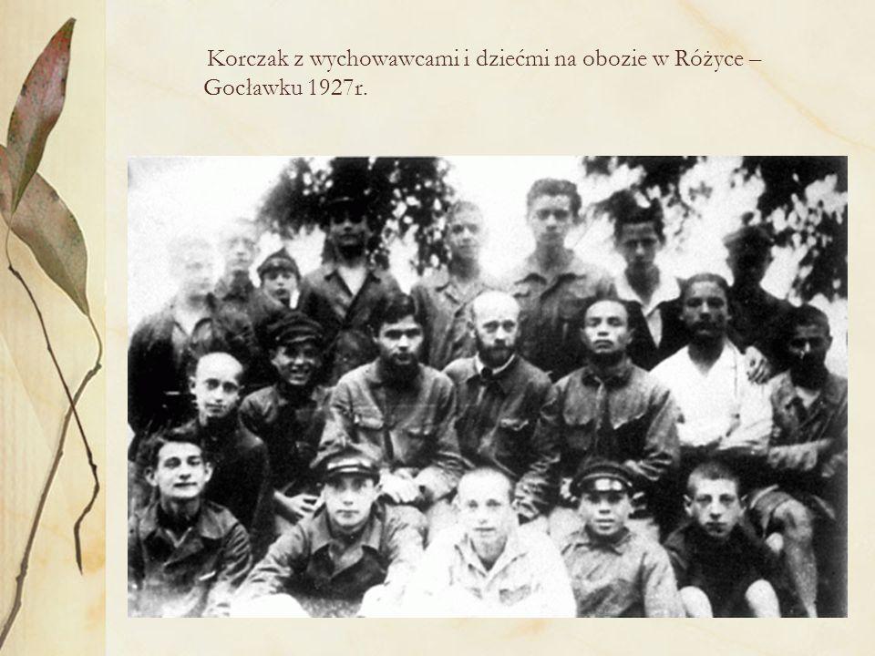 Korczak z wychowawcami i dziećmi na obozie w Różyce – Gocławku 1927r.