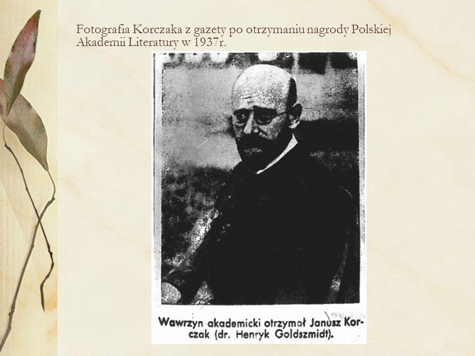 Fotografia Korczaka z gazety po otrzymaniu nagrody Polskiej Akademii Literatury w 1937r.