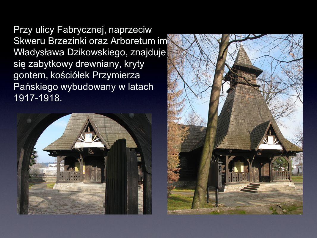 Przy ulicy Fabrycznej, naprzeciw Skweru Brzezinki oraz Arboretum im