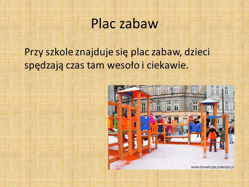 Plac zabaw Przy szkole znajduje się plac zabaw, dzieci spędzają czas tam wesoło i ciekawie.