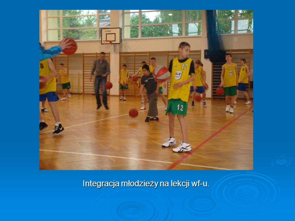 Integracja młodzieży na lekcji wf-u.
