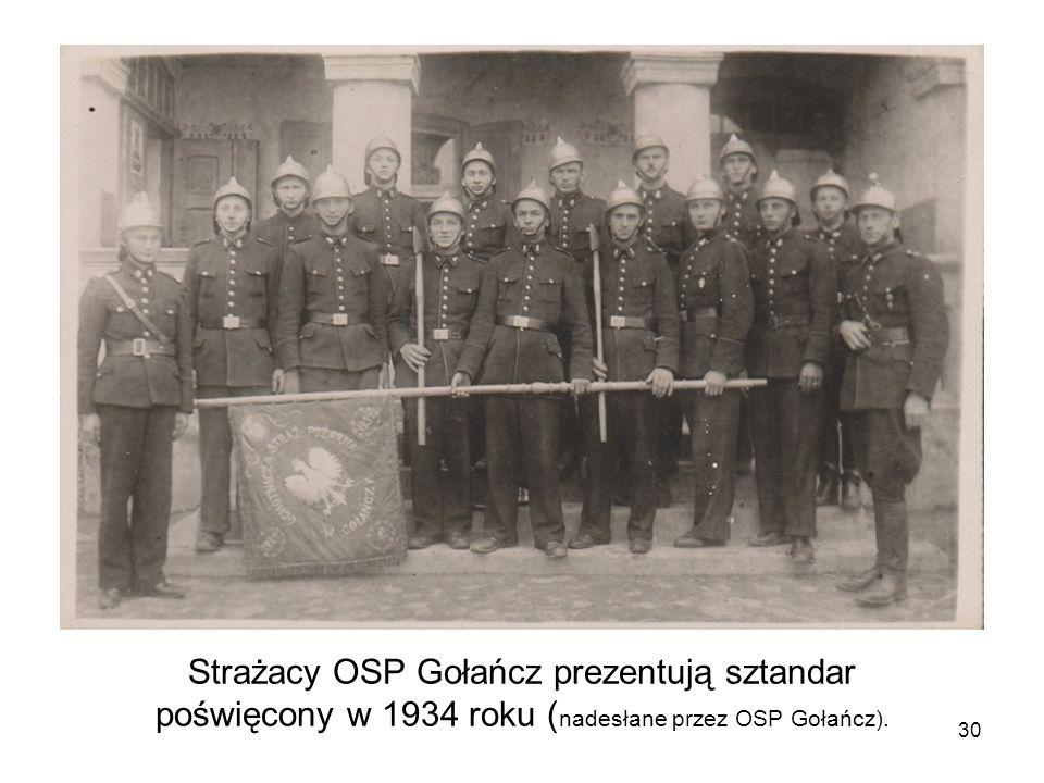 Strażacy OSP Gołańcz prezentują sztandar poświęcony w 1934 roku (nadesłane przez OSP Gołańcz).