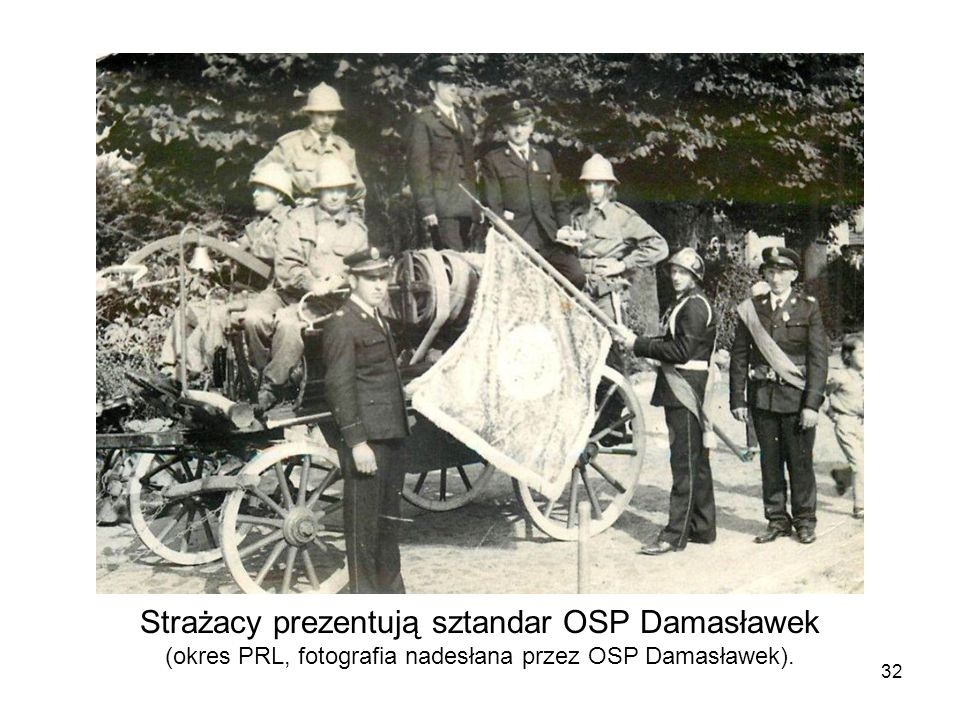 Strażacy prezentują sztandar OSP Damasławek (okres PRL, fotografia nadesłana przez OSP Damasławek).