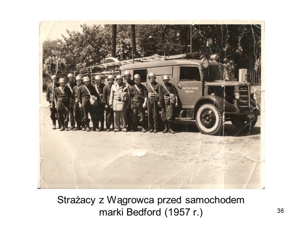 Strażacy z Wągrowca przed samochodem marki Bedford (1957 r.)