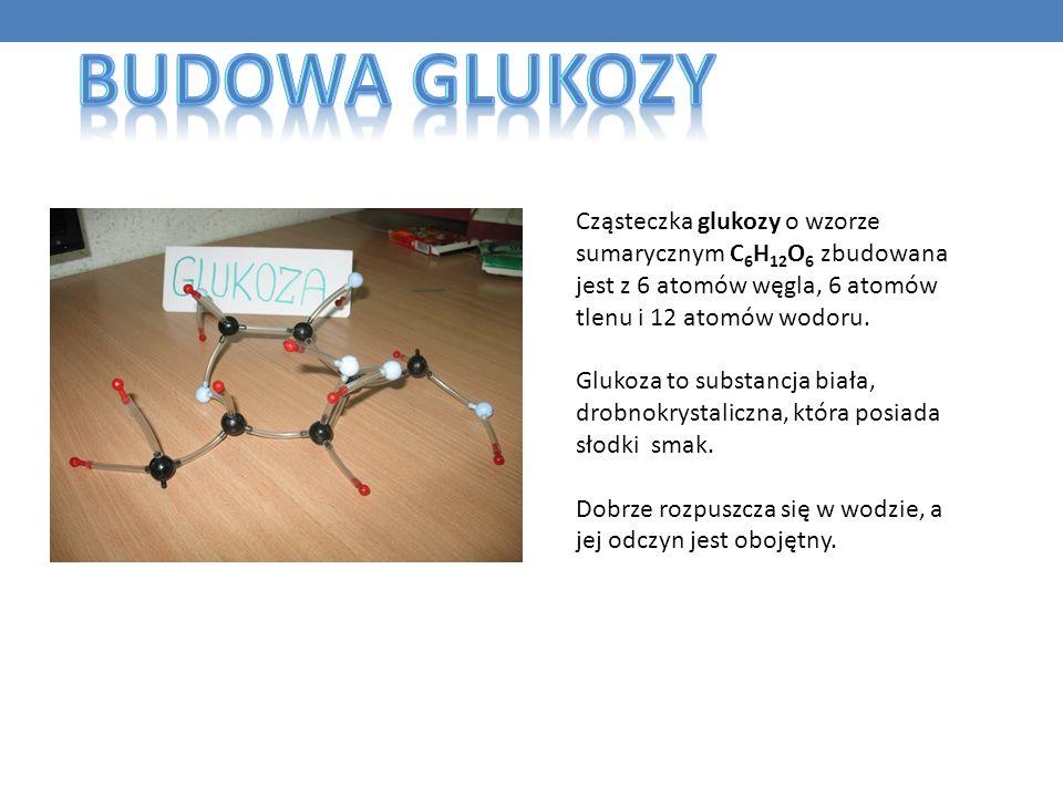 Budowa Glukozy Cząsteczka glukozy o wzorze sumarycznym C6H12O6 zbudowana jest z 6 atomów węgla, 6 atomów tlenu i 12 atomów wodoru.