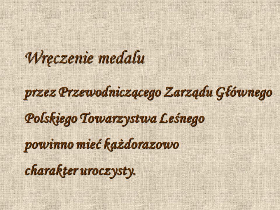 Wręczenie medalu przez Przewodniczącego Zarządu Głównego