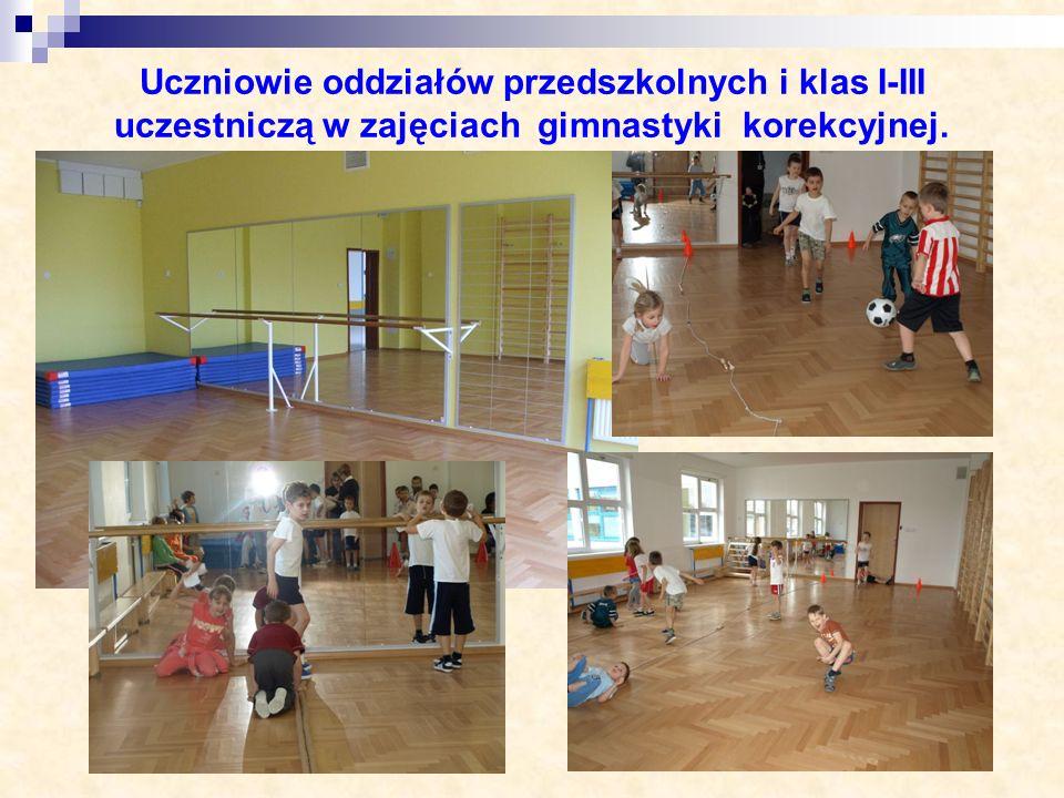 Uczniowie oddziałów przedszkolnych i klas I-III uczestniczą w zajęciach gimnastyki korekcyjnej.