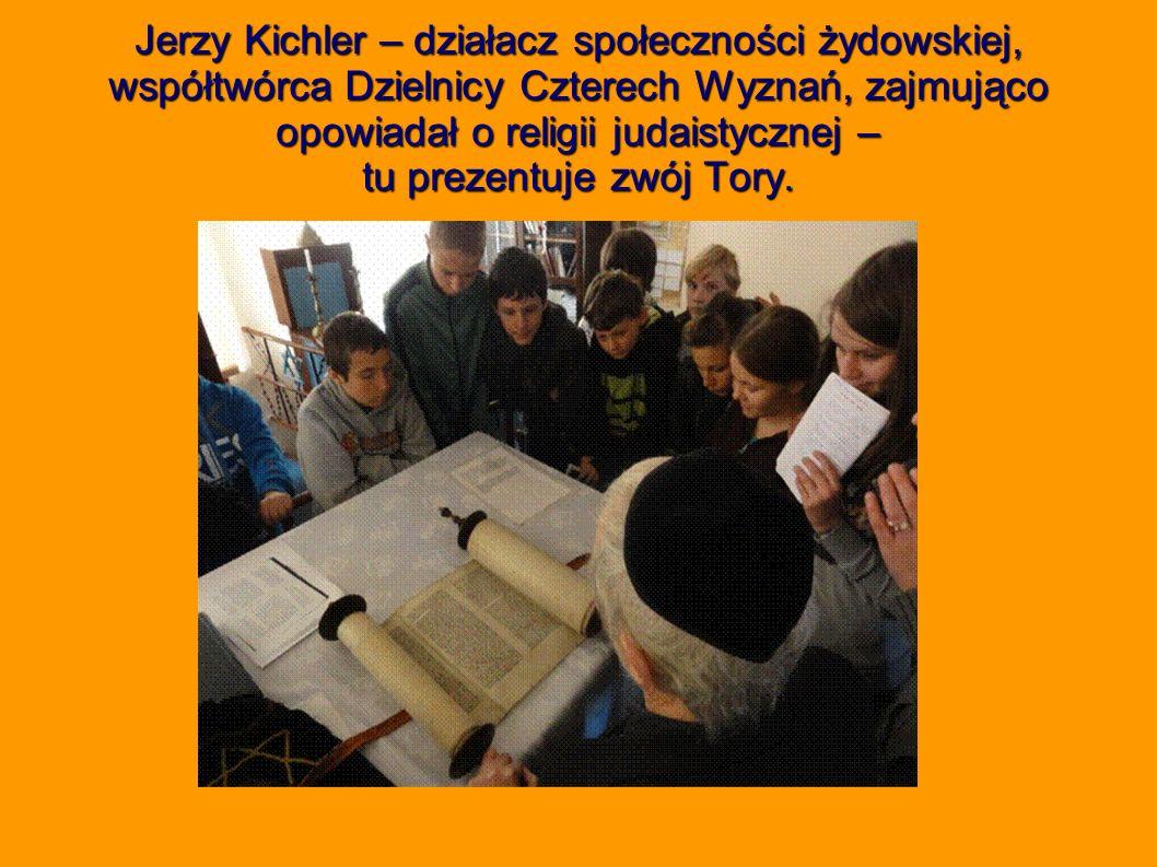 Jerzy Kichler – działacz społeczności żydowskiej, współtwórca Dzielnicy Czterech Wyznań, zajmująco opowiadał o religii judaistycznej – tu prezentuje zwój Tory.