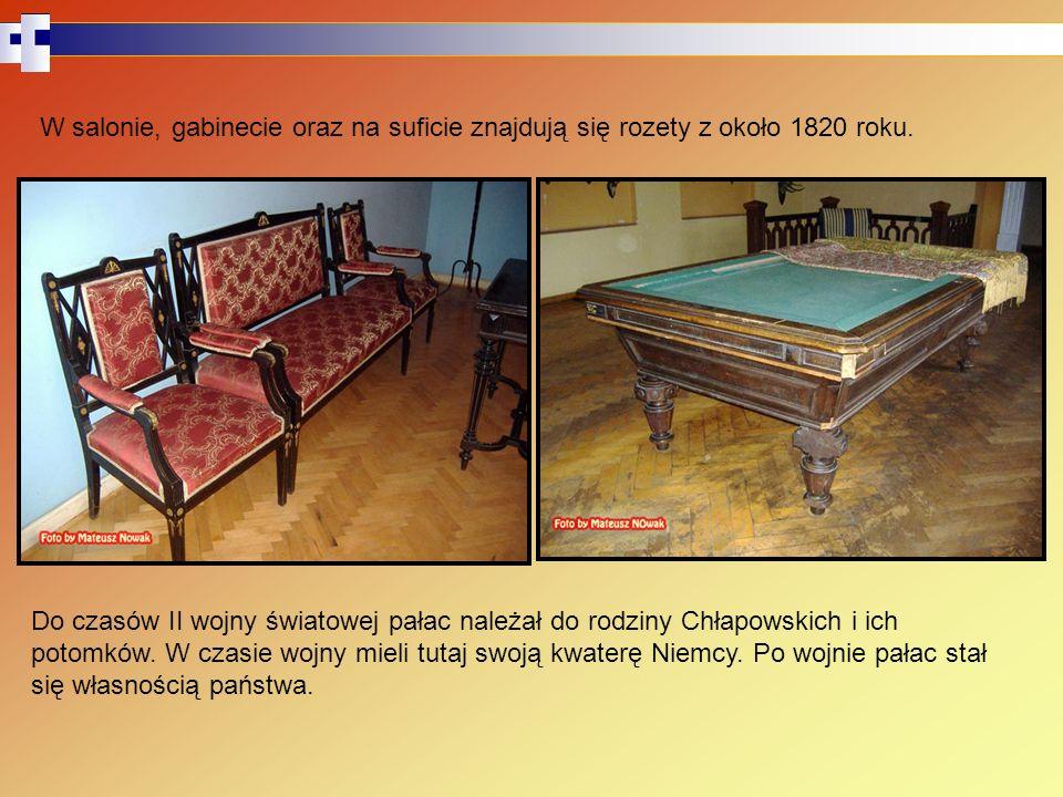 W salonie, gabinecie oraz na suficie znajdują się rozety z około 1820 roku.
