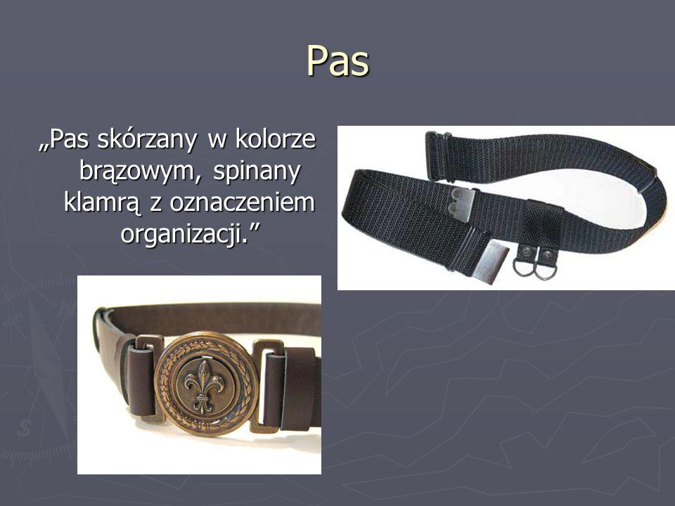 """Pas """"Pas skórzany w kolorze brązowym, spinany klamrą z oznaczeniem organizacji."""