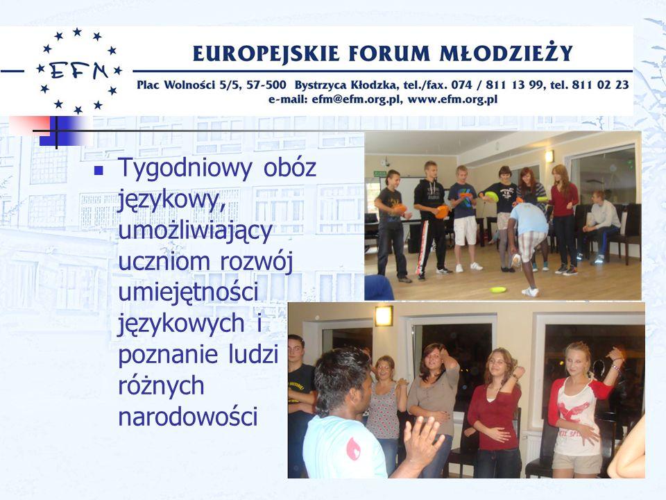 Tygodniowy obóz językowy, umożliwiający uczniom rozwój umiejętności językowych i poznanie ludzi różnych narodowości