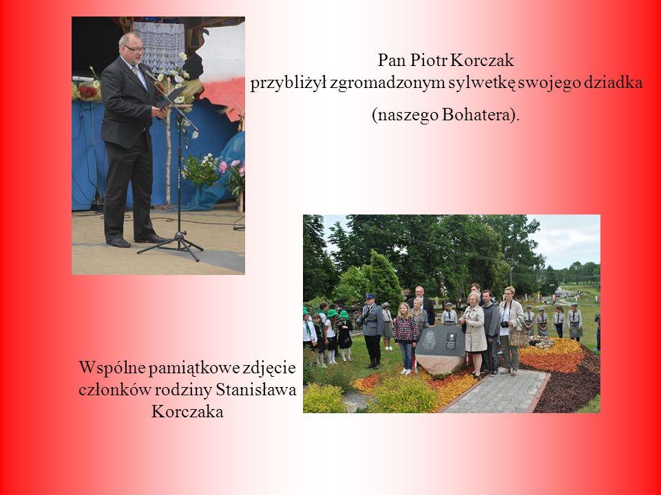 Wspólne pamiątkowe zdjęcie członków rodziny Stanisława Korczaka