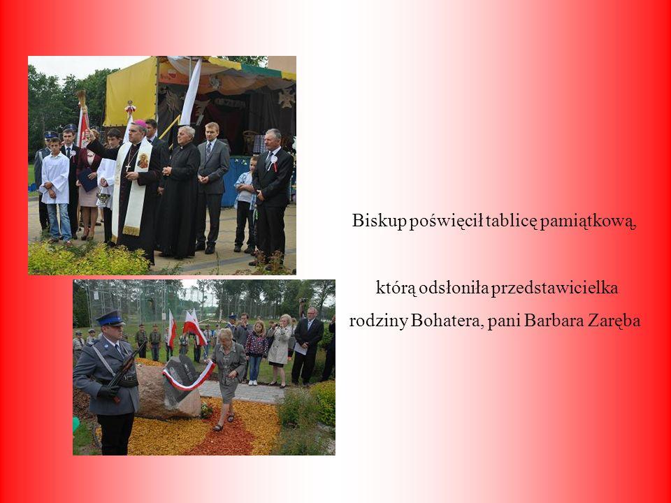 Biskup poświęcił tablicę pamiątkową, którą odsłoniła przedstawicielka rodziny Bohatera, pani Barbara Zaręba